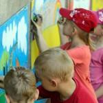 Dzieci malowały naścianach WOK-u