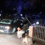 Auto staranowało płot cmentarza parafialnego izniszczyło nagrobki