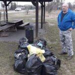 Mariusz zkolegami wysprzątali teren wokół stawu naZamościu
